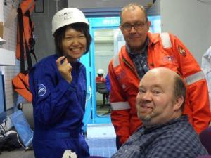 Suomalnen lakritsa maistuu (melkein) kaikille laivan tutkijoille. Kuvassa vasemmalta Nan, Thomas ja Jeroen. Kuva: Aarno Lotilainen©ECORD_IODP