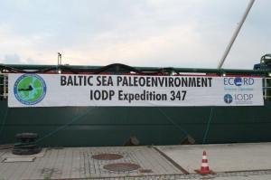 IODP tutkimusmatkan banderolli kairausalus Greatship Manishan kyljessä. Kuva: AarnoKotilainen©ECORD/IODP.