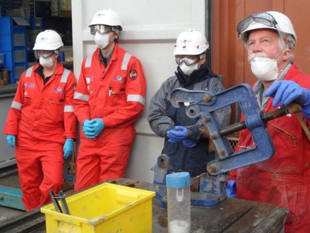 Valmistautumista näytteenottoon Bornholmin altaalla suojavarustein. Oli vaara, että merenpohjan pintasedimentit sisältäisivät haitallisia aineita. Kuva: Aarno Kotilainen © ECORD/IODP.