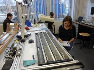 Sedimentologi Sandra kirjoittamassa havaintojaan sedimenttinäytteistä. Kuva: AarnoKotilainen@ECORD_IODP