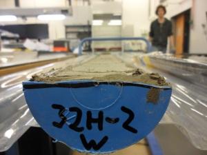Halkaistu sedimenttipötkö numero 32H-2 odottamassa väriskannaukseen pääsyä. Kuva: Aarno Kotilainen©ECORD_IODP