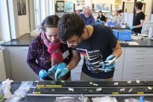 Sarah ja Andrea (etualalla) ottamassa näytteitä sedimenttipötköistä. Kuva: Michael Kenzler©ECORD_IODP