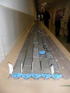 Aamuvuorossa kuvatut sedimenttinäytteet (arkistokappaleet) odottavat kylmävarastoon siirtämistä. Pöydälle asetetuista näytteistä saa hyvän yleissilmäyksen tutkittaviin näytesarjoihin. Kuva: Aarno Kotilainen©ECORD_IODP